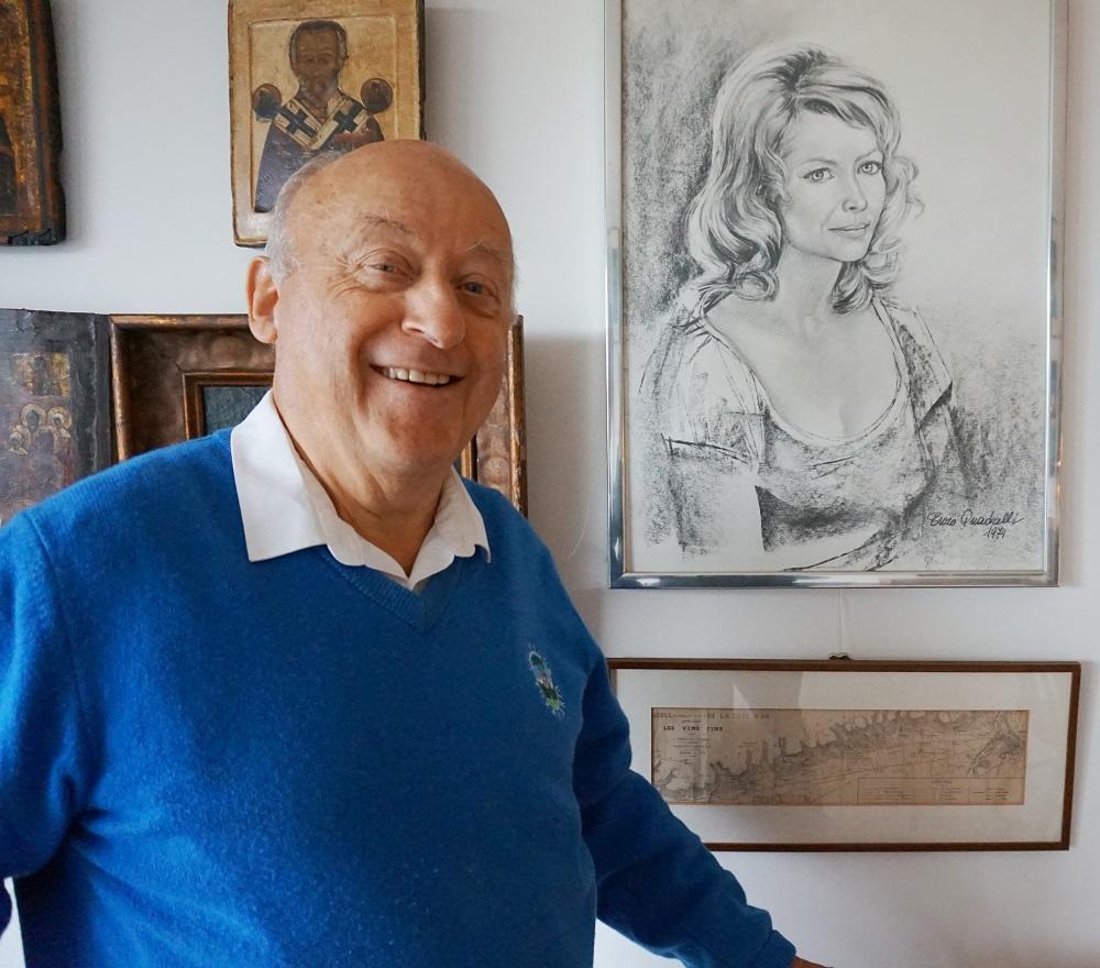 Bewoner Henk Geurts bij een van de dierbare portretten van zijn vrouw Roelie in Residentie Molenwijck.