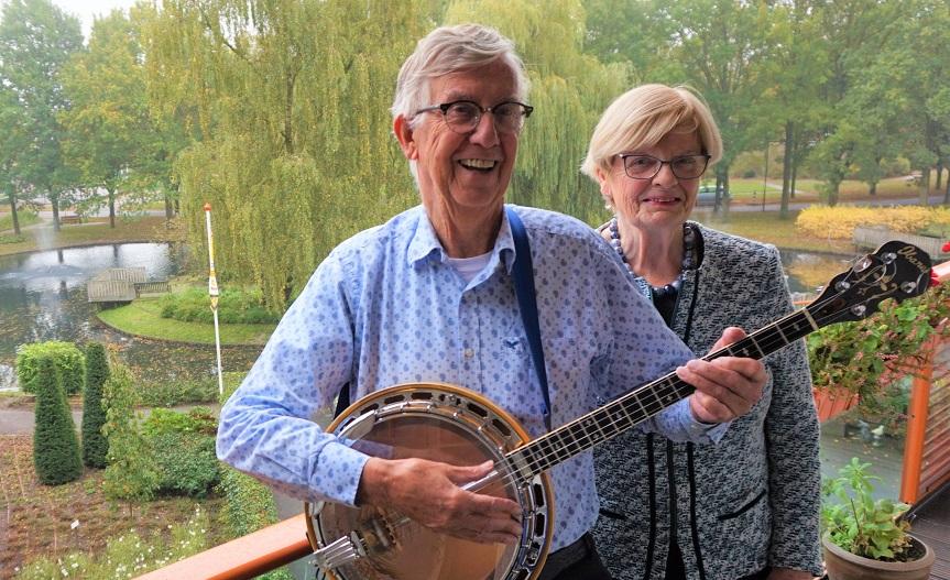 Jan en Corrie Hoes op het balkon van hun tweekamer seniorenappartement bij Residentie Molenwijck