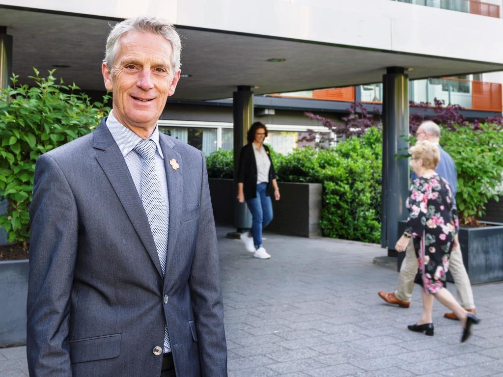 Directeur Jan Bernard Koolen bij de ingang van Residentie Molenwijck